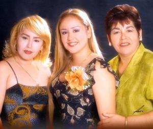 Marsella Olvido Correa Cantú con su hermana Argelia  Correa Cantú  y su mamá Narsiza Olvido de Correa.