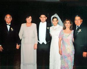 Los novios Óscar Ortiz Saborit y Brenda Román acompañados de sus padres, los señores Óscar Ortiz y Mary Saborit de Ortiz; Dr. Armando Román Arellano y Yoya Flores de Román.