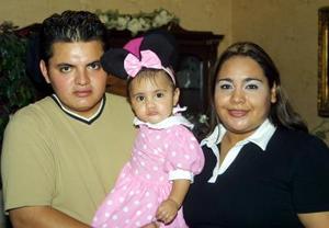 Al cumplir su primer año de vida Danna Marlene Vázquez López fue festejada por sus padres José Raúl Vázquez González y Verónica I. López Facio quienes la acompañan.