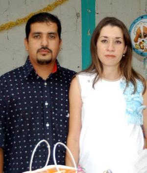 Sandra Corina Villalba de Murillo en la fiesta de canastilla que le ofrecieron los señores Elizabeth Villalba y Ana. I. Treviño de Villalba, la acompaña su esposo.