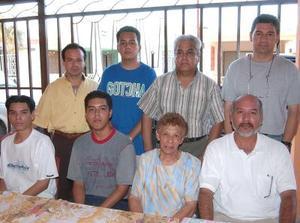 Eloísa Hernández Vásquez en su 75 aniversario, acompañada de MIguel, Fernando, Carlos, José, Luis y demás familiares en su festejo.