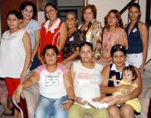 La futura  mamá Dina Érika Cedillo de Ortiz acompañada de varios asistentes a su fiesta de canastilla.