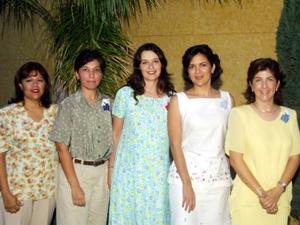 Martha Ramón de Pérez Merodio al centro de la fotografía acompañada de Bertha de Garza, Elba de López, Rocío de Sánchez y Lety de González en su fiesta de regalos.