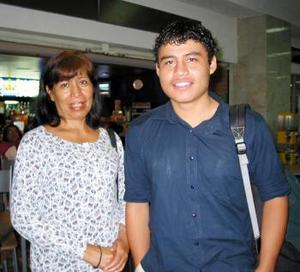 Cariola Villegas y José Manuel Bañuelos fueron captados en la sala del aeropuerto local.