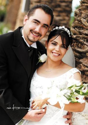 I.I.S. Eduardo Rosales Velázquez y Lic. María Teresa del Rocío Vázquez Martínez contrajeron matrimonio religioso en la parroquia del Santo Cristo el sábado 23 de agosto de 2003.   <p> <i>Estudio: Laura Grageda</i>