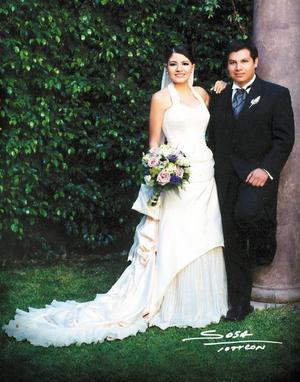 Lic. Javier Bartoluchi Bautista y Lic. Sharon Lee Chibli contrajeron matrimonio religioso en la parroquia de Nuestra Señora de la Encarnación el primero de agosto de 2003.  <p> <i>Studio Sosa</i>