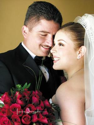 Sr. Arturo González Domínguez y Srita. Berenice Torres Rodríguez recibieron la bendición nupcial en la iglesia de Nuestra Señora de la Virgen de Guadalupe el 12 de julio de 2003.  <p> <i>Estudio: Laura Grageda</i>
