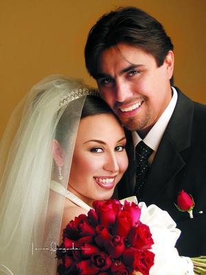 Sr. Jonatan Valenzuela Sánchez y Srita. Elba Edith Ramírez Cárdenas recibieron la bendición nupcial en la hacienda de San Fernando el 23 de agosto de 2003. <p> <i>Estudio: Laura Grageda</i>