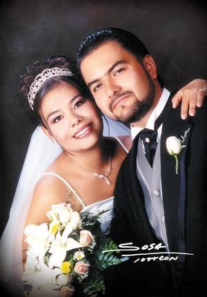Sr. Román Burguette Ruelas y Srita. Wendy Triana Triana contrajeron matrimonio religioso en la Capilla del Centro Saulo el seis de septiembre de 2003. <p> <i>Studio Sosa</i>