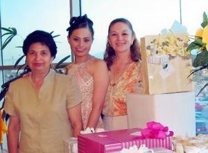 Cecilia Noé Céspedes acompañada de su mamá Liliana de Noé y su futura suegra Sonia Maeda Martínez.