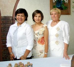 Mirna Valenzuela González acompañada por Gertrudis de Valenzuela y Alejandrina de Herrera en su despedida de soltera.
