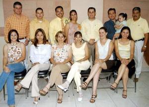 María Luisa Rosas Muñoz y Juan Francisco Bastida Hernández en la despedida de solteros que les ofrecieron Verónica Verdeja de Rosas y Luis Rodolfo Rosas, los acompañan un grupo de asistentes.