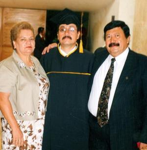 Khaled Ovalel Gutiérrez el día de su ceremonia de graduación acompañado de sus padres, Raymundo Ovalle J. e Irene de Ovalle