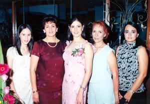 Fue festejada con uina despedida de soltera, Sandra María Garibay Franco, la acompañan Sara Sofía Garibay, Sara Elena Franco, Dora Alicia Lara y Dora Alicia González.