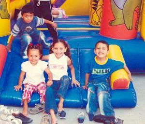 Ana Sofía Aguilar Villarreal acompañada de sus amgiuitos en la fiesta de cumpleaños que le organizaron sus padres, con motivo de sus tres años de vida.