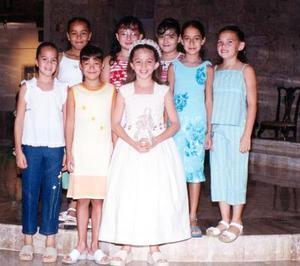 -Natalia Góngora Armendáriz efectuó su Primera Comunión, la acompañan sus amigas Moni, Ale, Ana Laura, Liliana, Daniela y Ana Paty.