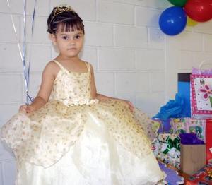 Un bonito Mireya en el convivio que le ofrecieron recientemente por su cuarto aniversario.