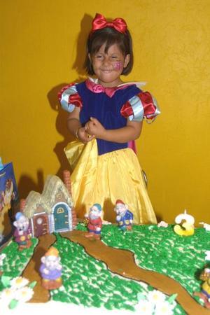 <u> 23 de septiembre </u> <p> Con un hermoso vestido de Blanca Nieves la niña Mariana Martínez Rodríguez acudió al festejo que le ofrecieron por su tercer aniversario de vida.