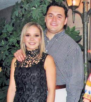 D-Alejandra Nahle Zarzar y Carlos Mijares Álvarez en la despedida de solteros que les ofrecieron recientemente.