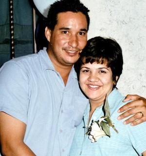 Amira Michelle de la Rosa de Íñiguez y su esposo José Guillermo Íñiguez en espera de su b ebé, feliz acontecimiento que celebraron con una fiesta.