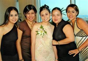 Cecilia Noé Céspedes,futura contrayente, con un grupo de asistentes a su despedida, Marichelo Noé, Rosy Almazán, Aída Jaime y Gaby Ung Yen.