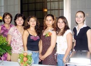 La cercana contrayente, Beatriz García Martínez, junto alas amistades que la acompañaron en la despedida que le ofrecieron por su cercano enlace con Pablo César Ugalde Cervantes.