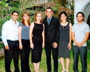 Los cercanos contrayentes, Mónica Rodríguez Marín y Ernesto Alejandro Meléndez Reyes con sus hermanos en una reunión efectuada en la víspera de su boda.