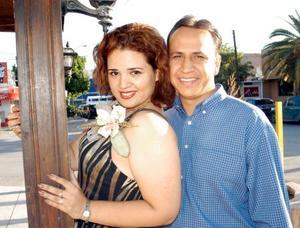 Nohemí Acevedo Mares y Eduardo Saucedo Escobedo en la despedida que les ofrecieron por su cercano enlace
