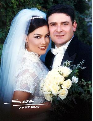 C.P. Óscar Ortiz Saboirt y C.P. Brenda M. Román Flores recibieron la bendición nupcial en la parroquia de la Virgen de la Encarnación el 30 de agosto de 2003.  <p> <i>Studio Sosa</i>