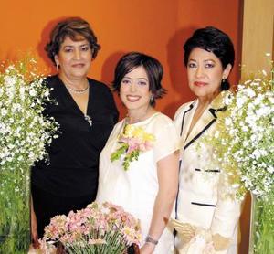 <u> 23 de septiembre </u> <p> Martha Patricia Torres de Arreola, acompañada por su suegra Juana María Enríquez de Arreola y su mamá Martha Patricia Cano de Torres, anfitrionas de su fiesta de canastilla