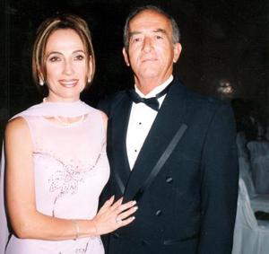 <u> 23 de septiembre </u> <p>  María del Carmen Rodríguez de Hermosillo y Luis Hermosillo en el banquete de boda de Luis Hermosillo y Abril González.