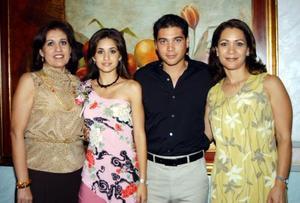Los novios, Luz María Herrera Guerrero y Héctor Hugo Nahle Romero acompañados de sus respectivas mamás Luz María G. de Herrera y Belinda R. de Nahle.