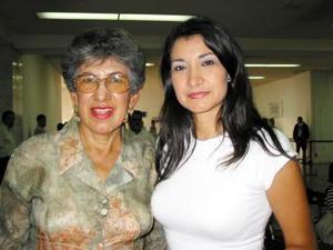 Georgina Barraza se trasladó a México en plan de trabajo la despidó su mamá, Yolanda M. de Barraza.