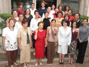 Gaby y Luly Díaz de León Maisterrena con damas pertenecientes a las familias Iriarte Jalife, Iriarte Reynoard y González Iriarte en el convivio que les ofrecieron por sus respectivos matrimonios.