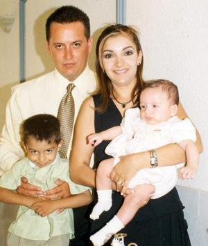 El pequeño Arturo acompañado de sus padres Manuel Castaños Barraza y Martha Corral de Castaños y su hermanito Manuel.