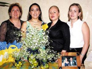 Verónica Marroquín García con familiares que la acompañaron en su primera despedida de soltera.
