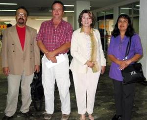 Elvira Ramírez, Nicolás Pérez y Leticia Flores viajaron a México y fueron despedidos por Miguel López.