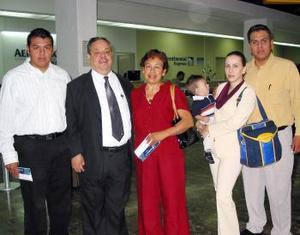 -En plan de paseo se trasladaron a México Roberto Rodríguez y María del Carmen de Rodríguez con sus hijos, nuera y nieto.