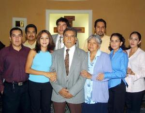 Carlos Martínez Ricarday en compañía de su esposa Bertha de Martínez y sus hijos en un convivio por sus setenta años de vida.