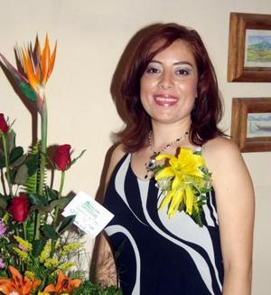 Adriana Almada Torres en la fiesta de despedida que le ofrecieron con motivo de su próximo matrimonio con Emanuel Canales Barrera.