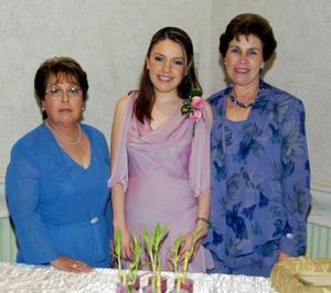 La festejada Karina Ivonne Valdez Garza con las organizadoras de su fiesta de despedida, su mamá Alicia Garza de Valdez y su futura suegra Raquel Saracho de Von Bertrab.