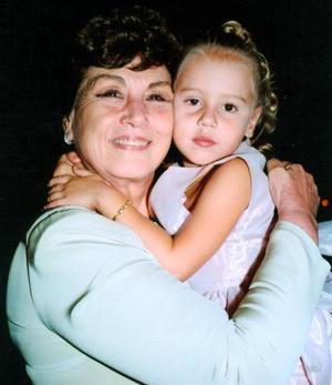 Carmen de Leal con su bisnieta Luz María Tricio Cantú en pasado banquete de boda