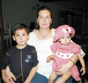 Angélica Tello con sus hijos Pedro y Geraldine.