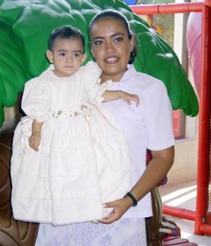 La pequeña Mariana Isabel en la fiesta que le ofrecieron por su primera añod e vida, sus padres, Jesús Gerardo Flores y Blanca Estela Alvarado de Flores.