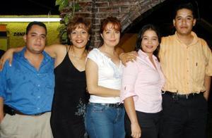 Nile López García acompañada por unos amigos en su fiesta de cumpleaños.