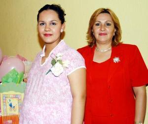 <u> 27 de septiembre </u> <p>  Wendolyne Oropeza de Arratia espera la llegada de su bebé, feliz acontecimiento que celebró con una fiesta de canastilla, ofrecida por la señora Nelly Romero de Arratia.