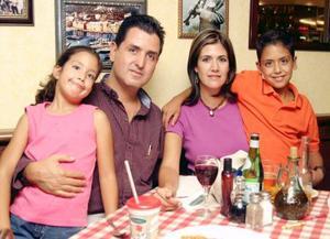 Antonio Gutiérrez y Cristina de Gutiérrez con sus hijos Héctor y Pamela.