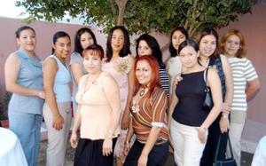Acompañan a Juana Lechuga en su despedida de soltera sus amigas Isabel, Yara, Yasmín, Juanis, Maricela, Elizabeth, Érika, Araceli, Dulce y Angélica.