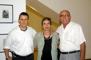 El fotógrafo Héctor Flores, Luty de Garibay y Alfonso Garibay