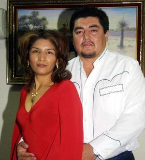 Ellizabeth Gutiérrez de Hoyos acompañada por su esposo Juan Carlos Hoyos Díaz en su fiesta de cumpleaños.